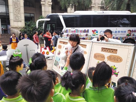广州少儿图书馆启用 第二代智能汽车图书馆