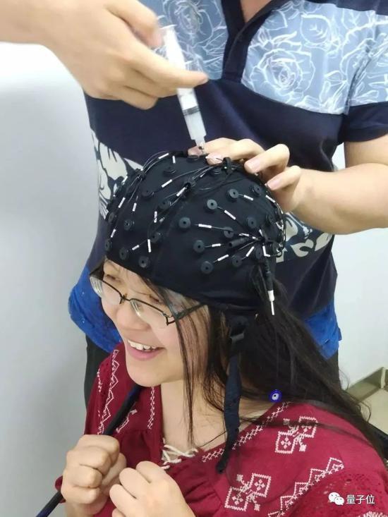 国外研发新型可穿戴脑机接口,为运动障碍人士提供便利
