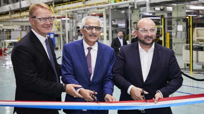 从左到右:欧洲标签和图形材料副总裁兼总经理Jeroen Diderich; 标签和图形材料全球运营和供应链副总裁Kamran Kian; 埃蒂安·施耐德(Etienne Schneider),副总理,经济部长