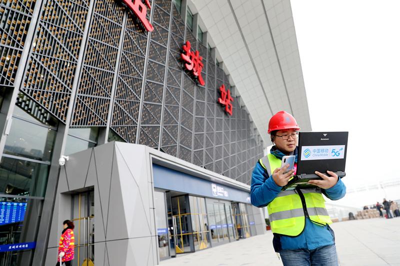 移动员工在盐城站核对5G网络覆盖数据